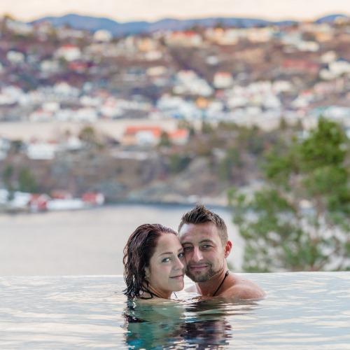 Romantisk bilde i basseng. Tid til hverandre