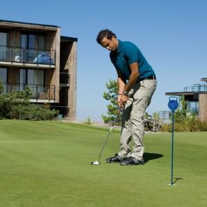 Golf, mann som putter, på Kragerø Resort