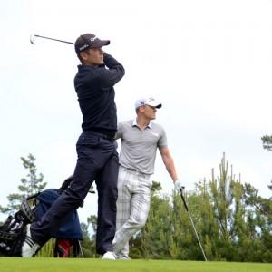 To menn spiller golf på Kragerø Resort